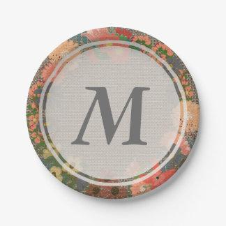 Guirnalda floral en la placa de papel del falso platos de papel