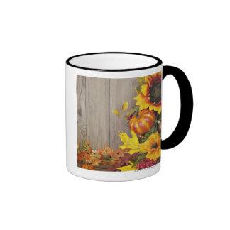 Guirnalda y hojas del otoño en el fondo de madera tazas
