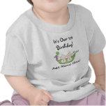 Guisantes de los gemelos en la primera camiseta de