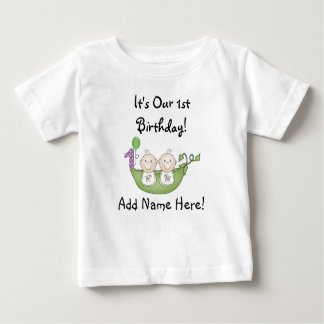 Guisantes de los gemelos en la primera camiseta playera