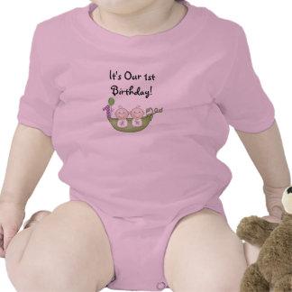 Guisantes de los gemelos en un primer cumpleaños d camiseta