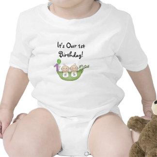 Guisantes de los gemelos en un primer cumpleaños d traje de bebé