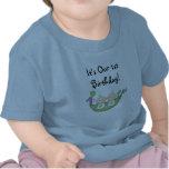 Guisantes de los gemelos en un primer cumpleaños d camisetas