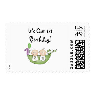Guisantes de los gemelos en un primer cumpleaños sello