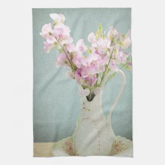 Guisantes de olor en florero antiguo toalla
