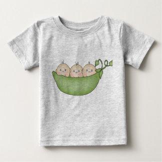 Guisantes del trío en una vaina camiseta