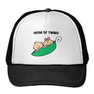 Guisantes en una mamá de la vaina de gemelos gorras