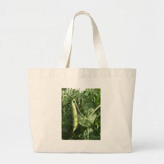 Guisantes en una vaina en una vid bolsas lienzo
