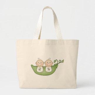 Guisantes gemelos en una vaina bolsa de mano