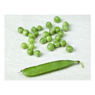 Guisantes verdes y cáscara tarjeta postal