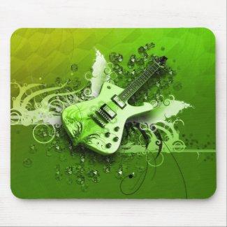 Guitare au milieu du vert mousepad
