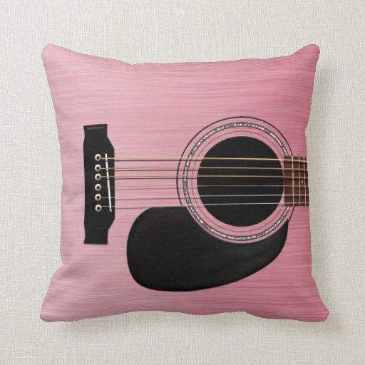Guitarra acústica color de rosa rosada almohadas