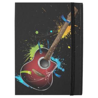 Guitarra acústica con las salpicaduras de la