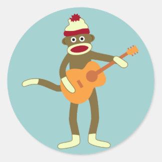Guitarra acústica del mono del calcetín pegatina redonda