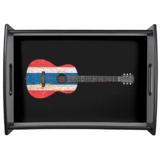 Guitarra acústica envejecida y llevada de la bande bandejas