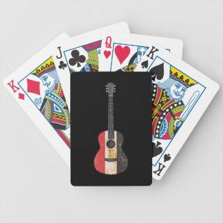 Guitarra acústica envejecida y llevada de la bande baraja de cartas