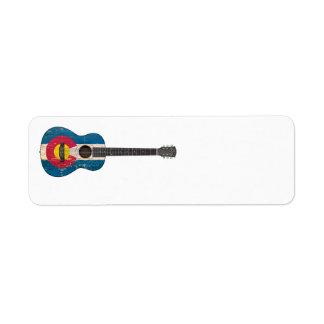 Guitarra acústica envejecida y llevada de la bande etiqueta de remite