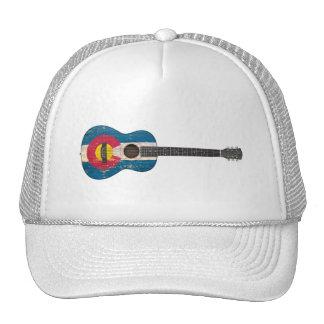 Guitarra acústica envejecida y llevada de la bande gorro de camionero