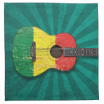 Guitarra acústica envejecida y llevada de la bande servilleta