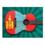 Guitarra acústica envejecida y llevada de la bande postal