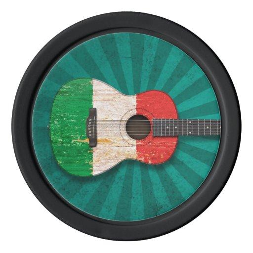 Guitarra acústica envejecida y llevada de la fichas de póquer