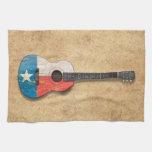 Guitarra acústica envejecida y llevada de la toalla de mano