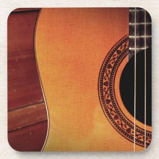 Guitarra acústica posavasos de bebida