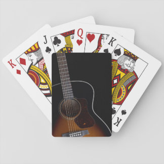 Guitarra acústica que se inclina cartas de juego