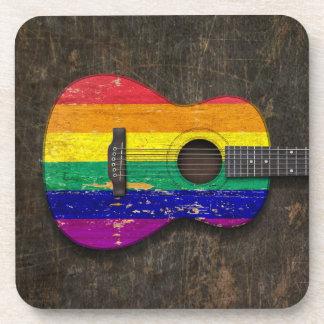 Guitarra acústica rasguñada de la bandera del posavasos