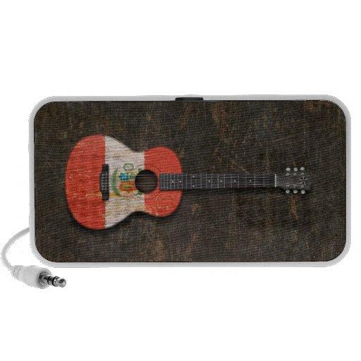 Guitarra acústica rasguñada y llevada de la sistema de altavoz