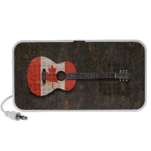 Guitarra acústica rasguñada y llevada de la altavoces de viajar