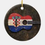 Guitarra acústica rasguñada y llevada de la bander adornos de navidad