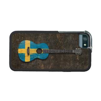 Guitarra acústica rasguñada y llevada de la bander