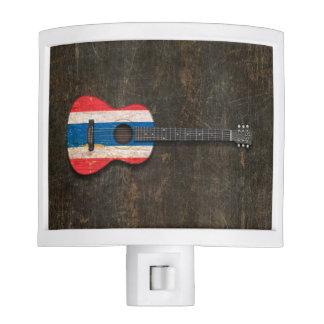 Guitarra acústica rasguñada y llevada de la bander lámparas de noche