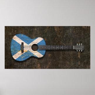 Guitarra acústica rasguñada y llevada de la bander poster
