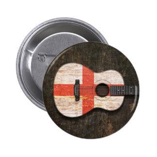 Guitarra acústica rasguñada y llevada de la bander pin
