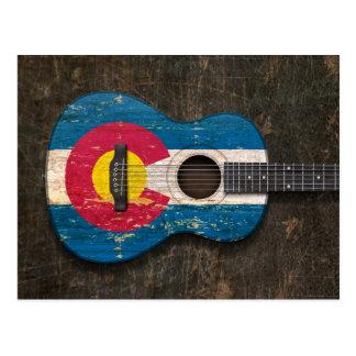 Guitarra acústica rasguñada y llevada de la bander postal