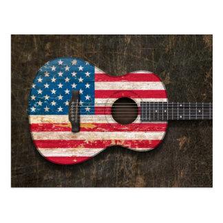 Guitarra acústica rasguñada y llevada de la bander postales