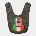 Guitarra acústica rasguñada y llevada de la bander baberos para bebé