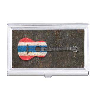Guitarra acústica rasguñada y llevada de la caja de tarjetas de negocios