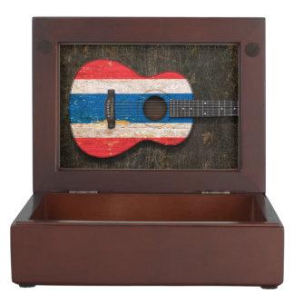 Guitarra acústica rasguñada y llevada de la cajas de recuerdos