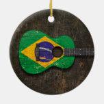 Guitarra acústica rasguñada y llevada de la ornamentos de reyes magos