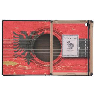 Guitarra acústica vieja con la bandera albanesa iPad fundas