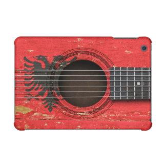 Guitarra acústica vieja con la bandera albanesa