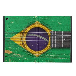Guitarra acústica vieja con la bandera brasileña