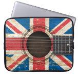 Guitarra acústica vieja con la bandera británica fundas computadoras
