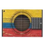 Guitarra acústica vieja con la bandera colombiana