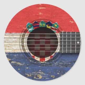 Guitarra acústica vieja con la bandera croata pegatina redonda