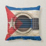Guitarra acústica vieja con la bandera cubana