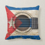 Guitarra acústica vieja con la bandera cubana cojines